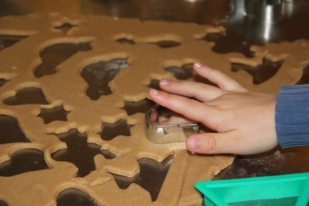 kisgyerek mézeskalácsot süt