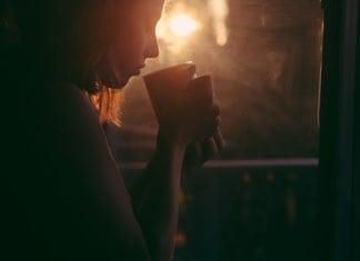 szomorú nő teázik