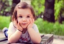 könyökölő kislány