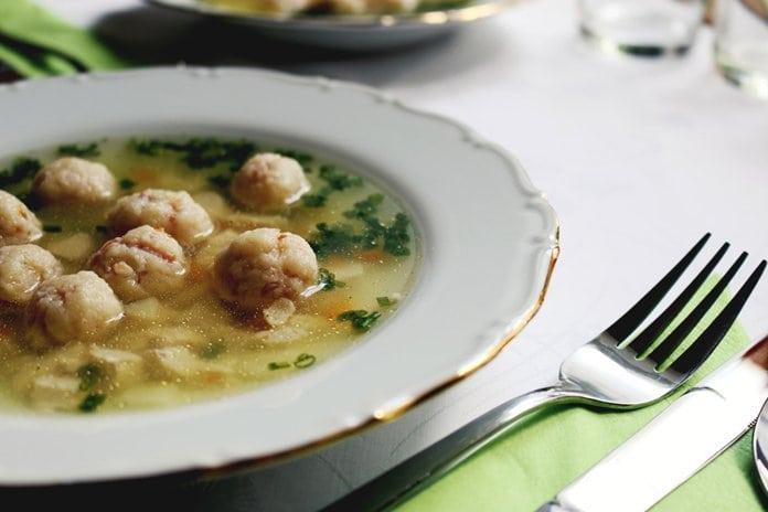 Tejszínes-kapros füstölt lazac leves receptje