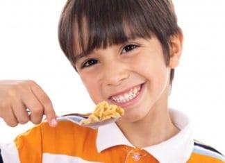 kisfiú kanállal eszik