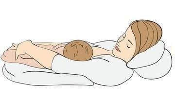 háton fekvő szoptatási pozíció